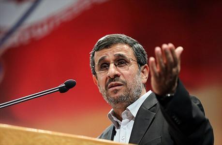 احمدی نژاد: مگر قرار است ما برویم؟ ما در خدمت شما هستیم/ من رفتنی نیستم